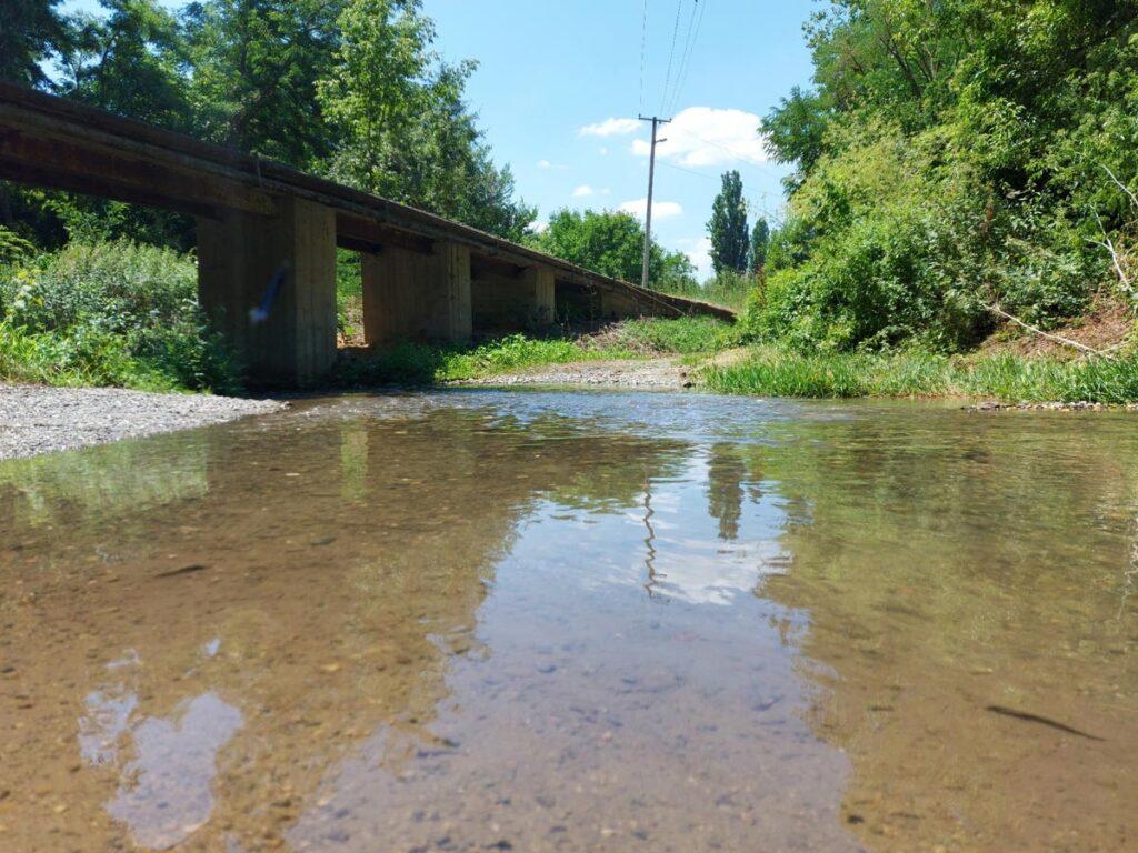 Мала река тече под мост.