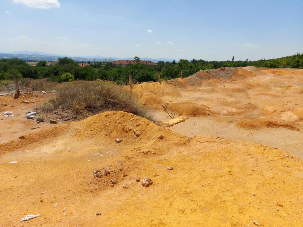 Поглед од депонијата - се забележува изразито златно-жолтеникава боја.
