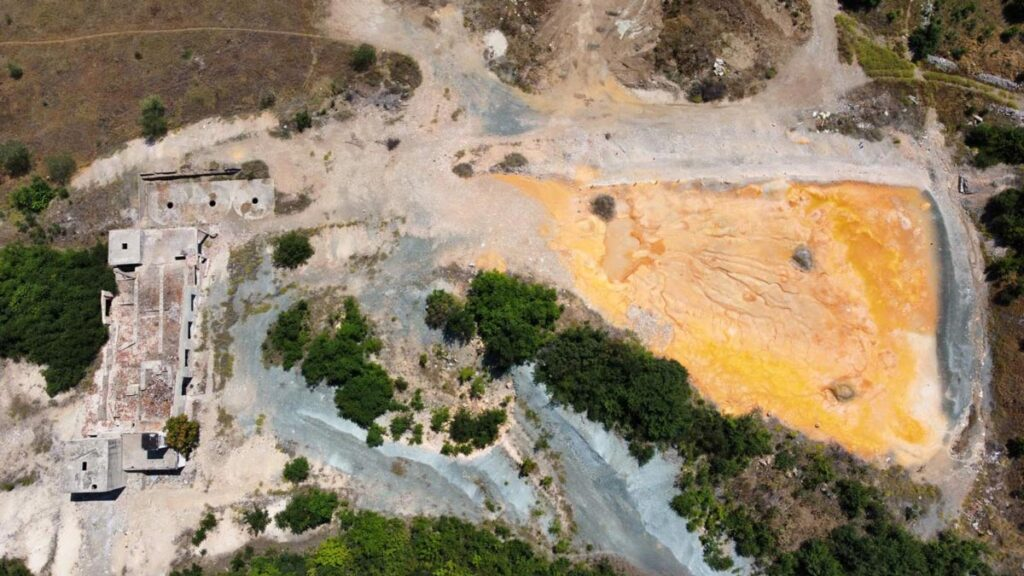 Поглед од дрон кон депонијата - се забележува изразито златно-жолтеникава почва.