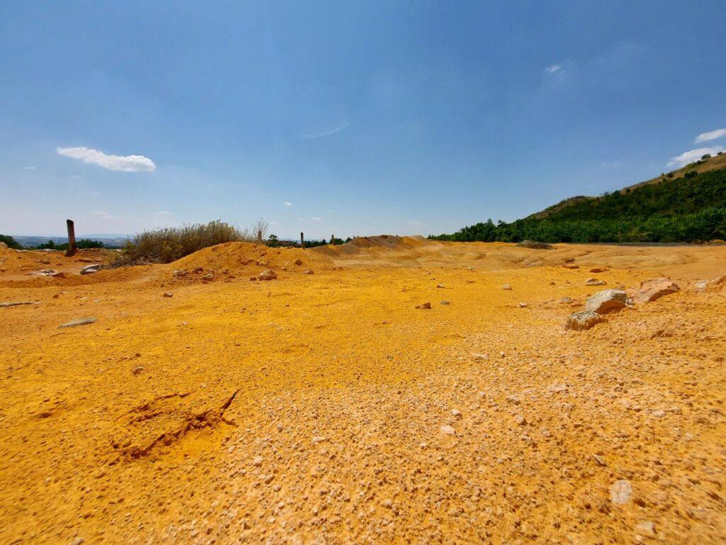 Портокалова почва, обоена од присуството на арсен и други минерали