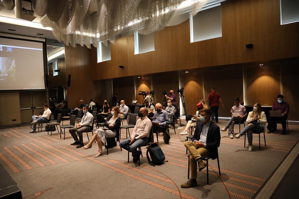 Фотографија од сала со присутни на конференција, околу 30 гости