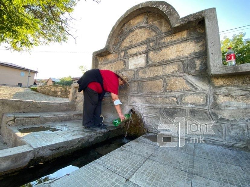 Селска чешма во Кучково, жена точи вода