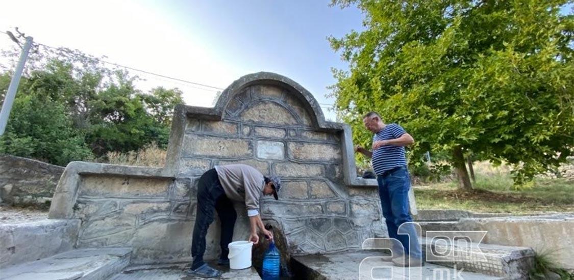Селска чешма во Кучково, жители точат вода